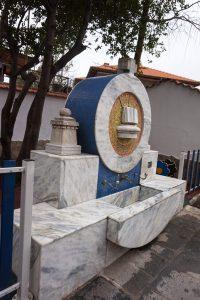 Слънчевата чешма в двора на църквата Св. Богородица Благовещение в гр. Асеновград