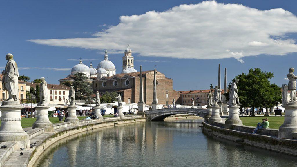 Padova, Prato della Valle, veduta della piazza con le statue, sullo sfondo la Basilica di Santa Giustina
