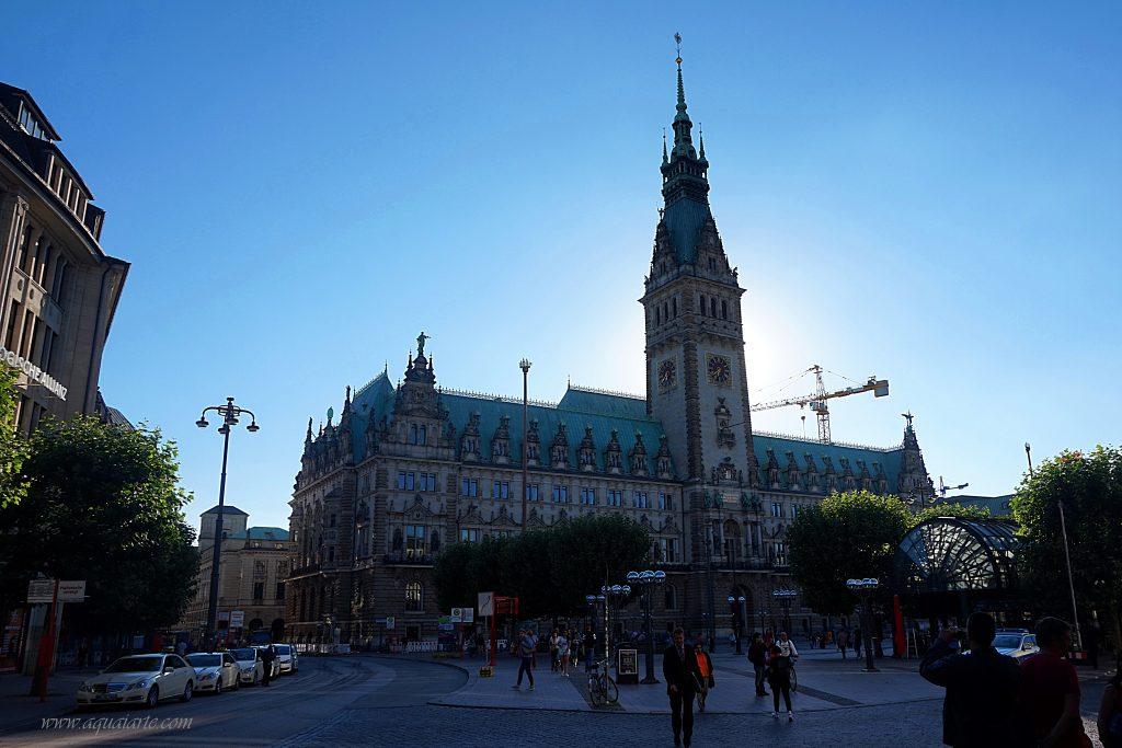 Красивата сграда на кметството на Хамбург