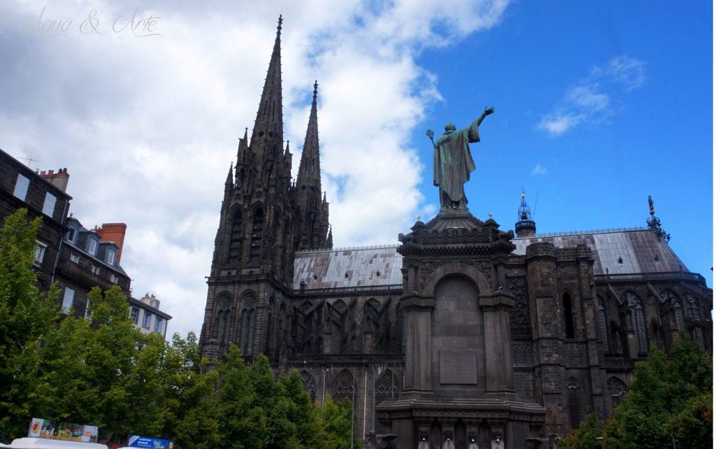 Гледка към фонатана с катедралата на Клермон Феран на заден план