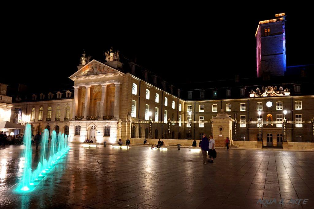 Площад Liberation и дворецът на херцозите в Дижон - фонтанът е в зелени светлини