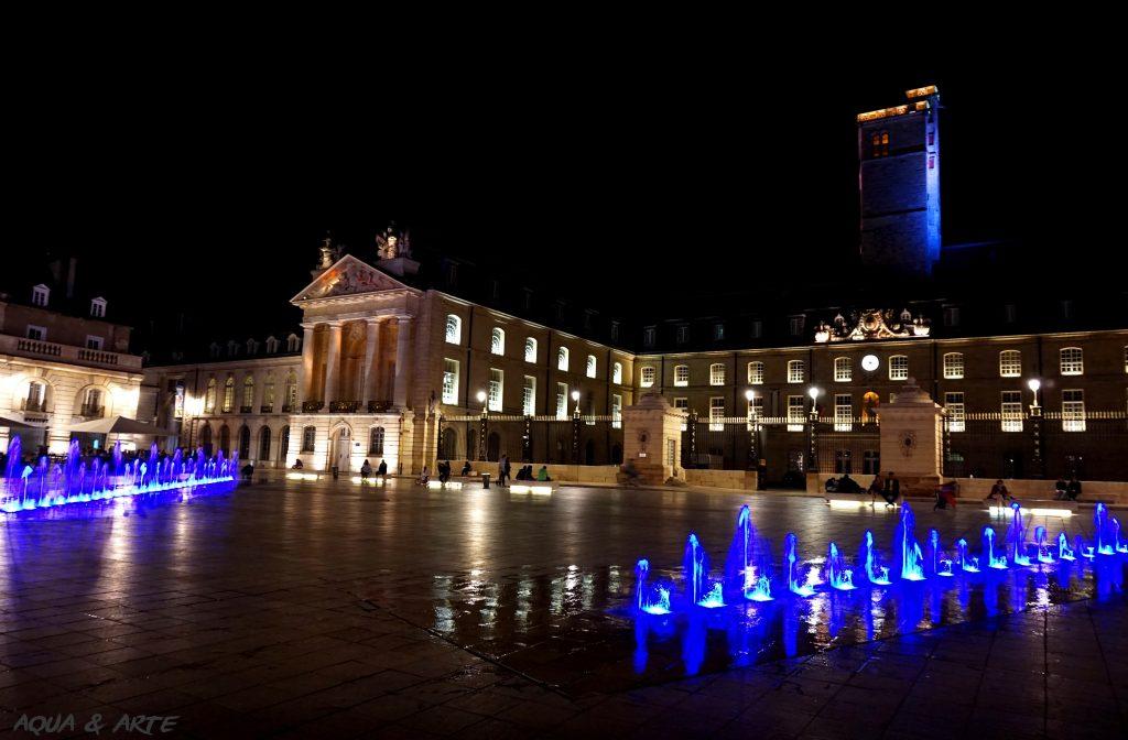 Площад Liberation и дворецът на херцозите в Дижон -водата на фонтаните е в синьо