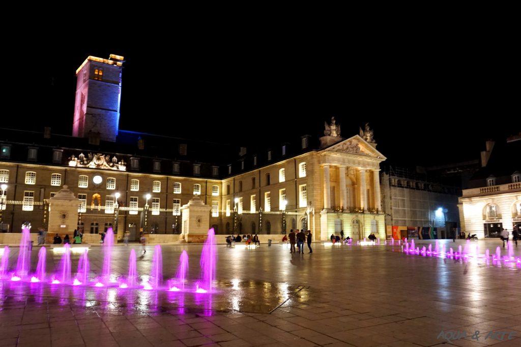Площад Liberation и дворецът на херцозите в Дижон - фонтаните са в лилава светлина