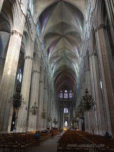 Бурж-катедрала гледка от вътре на колоните и високите тавани