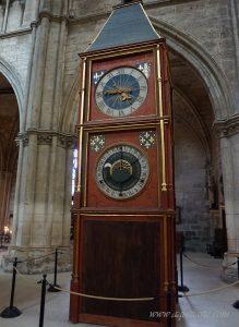 Астрономическият часовник вътре в катедралата