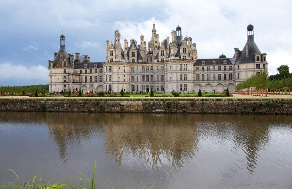 Замък Chambord - гледка към градината и северната фасада от към другата страна на реката