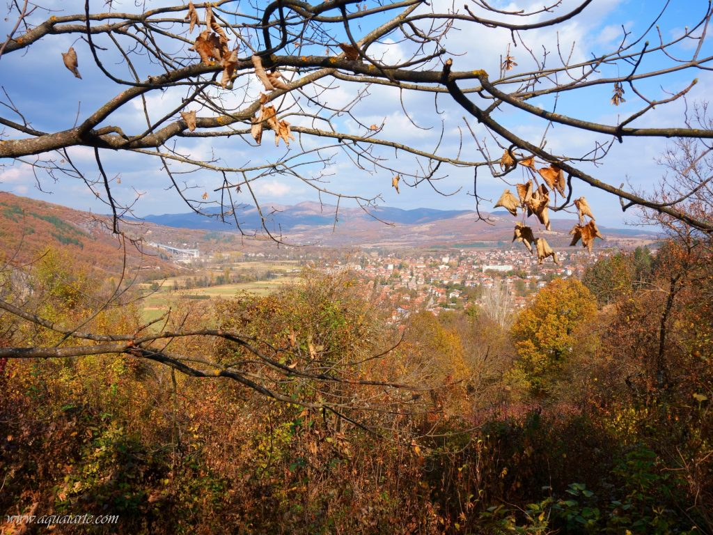 Гледка към градчето от двора на Земенски манастир, като фон в далечината планина
