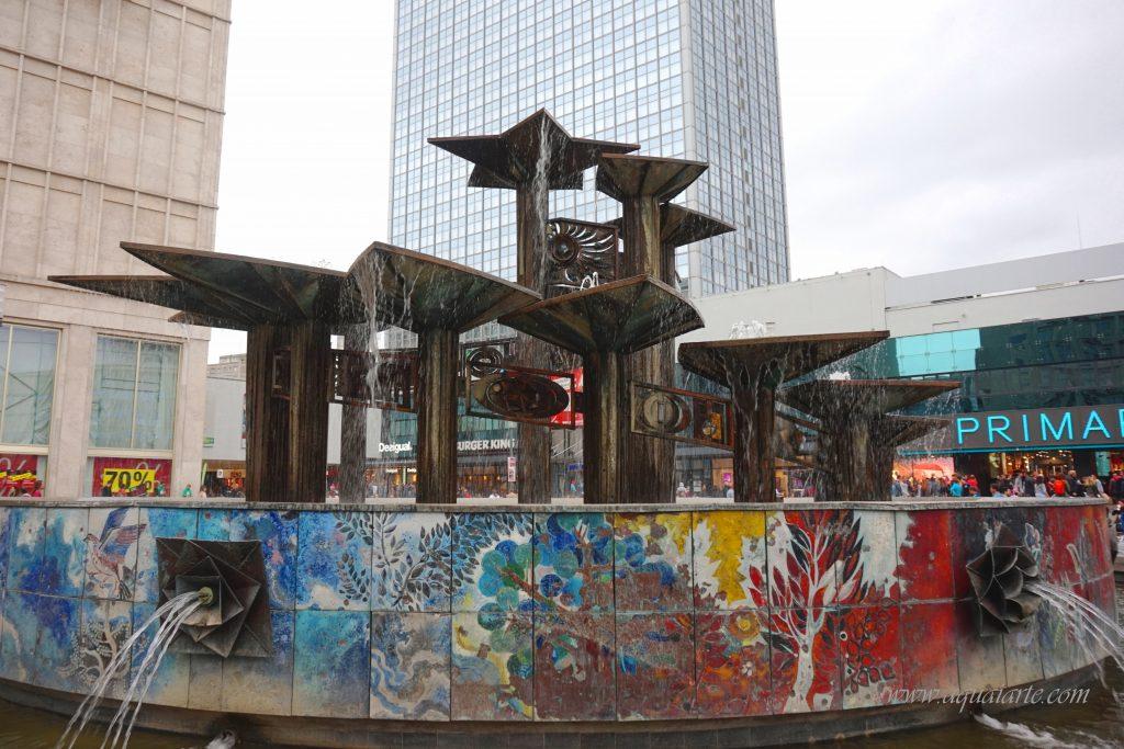 Цветният фонтан на приятелството в Берлин, като фон зад него сградата на хотел Park Inn.