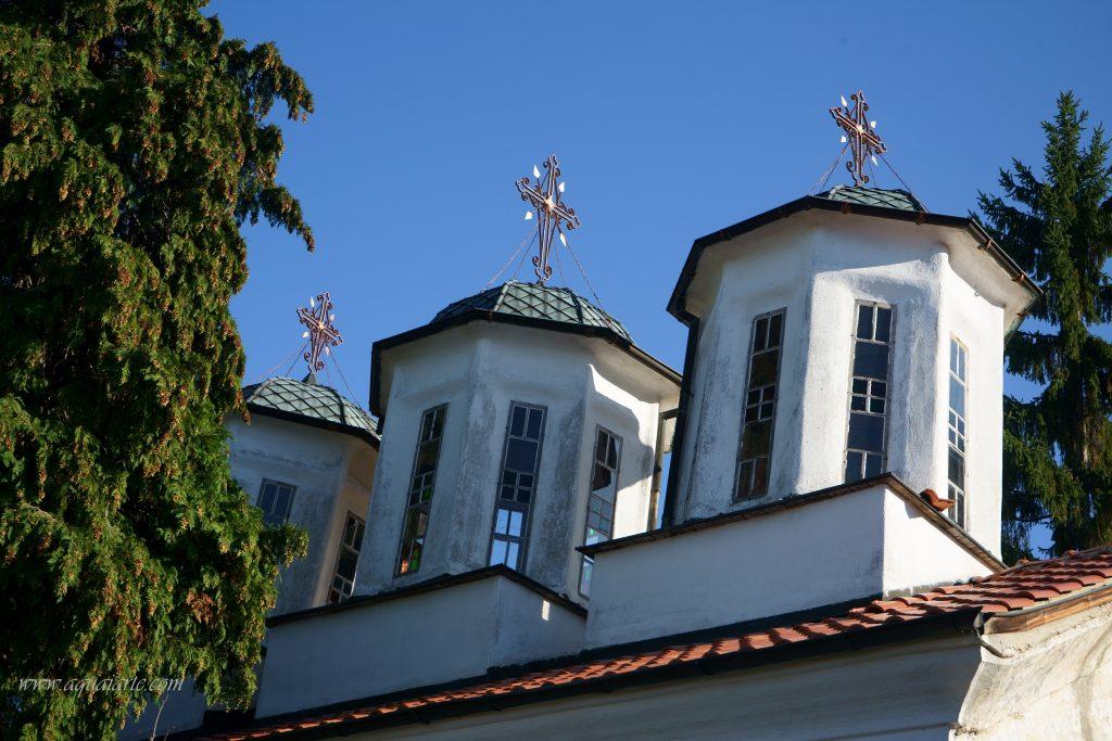 """Трите купола на църквата """"Свети Спас"""" на Лозенски манастир с кръстове върху тях и красиви витражи"""