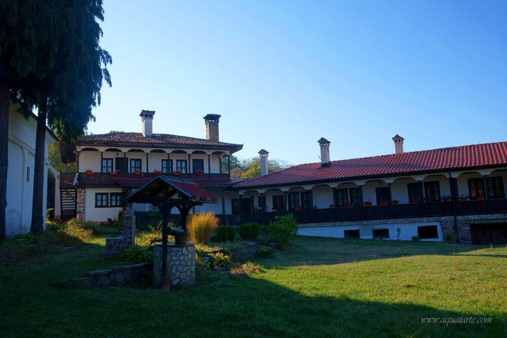 Лозенски манастир и неговия двор - двете жилищни сгради, църквата, нови кладенец и чешма