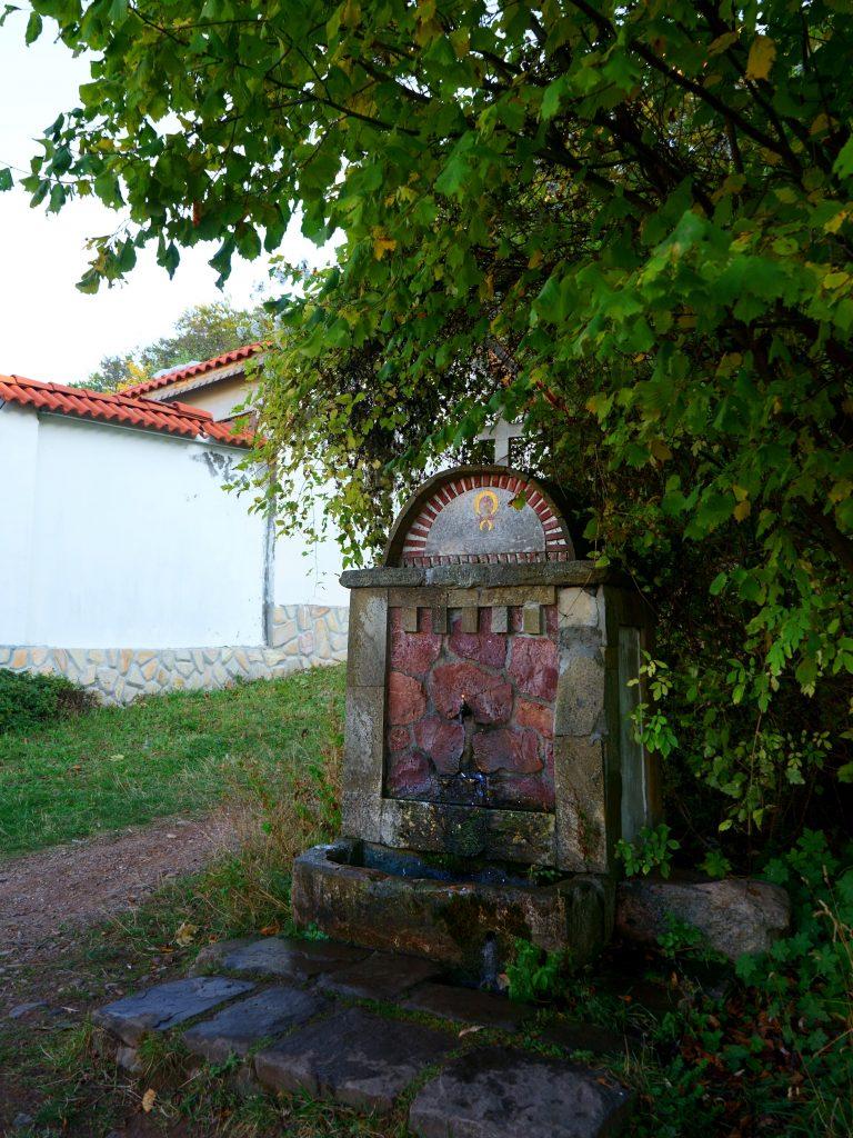 Старата 90-годишна каменна чешма от гранит и червен камък пред Лозенски манастир