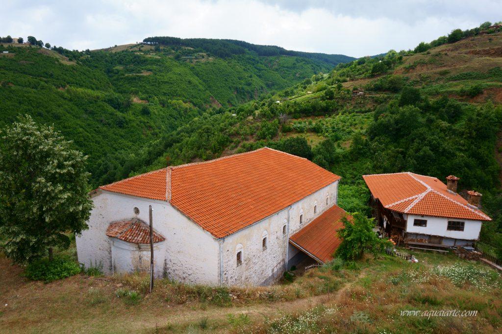 Гледка от високо, от камбанарията на Чуриловския манастир към църквата и планината Огражден
