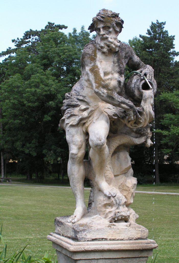 Статуя на зодия водолея в цял ръст, държащ стомната с лявата ръка