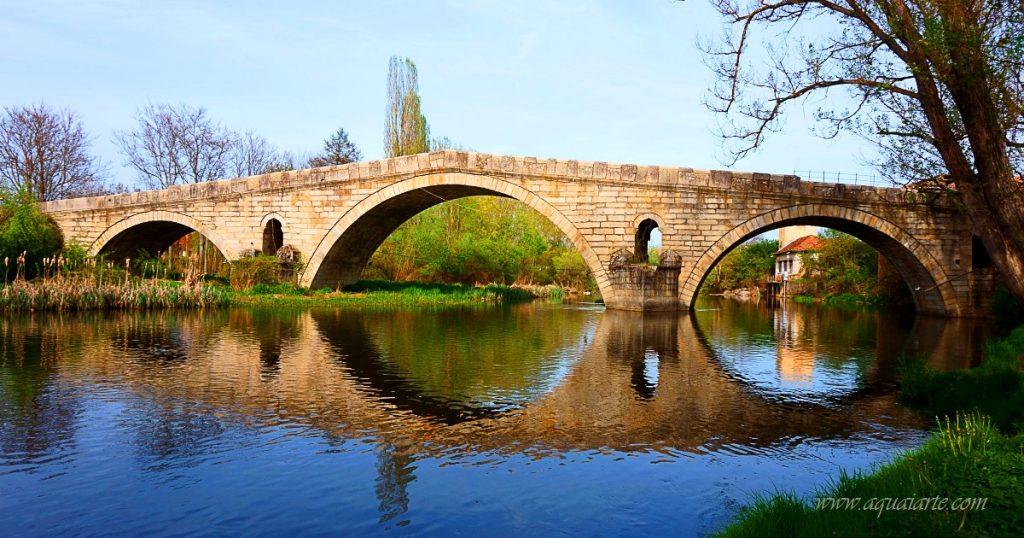 Гледка отблизо на Кадин мост в Невестино с отражение в река Струма