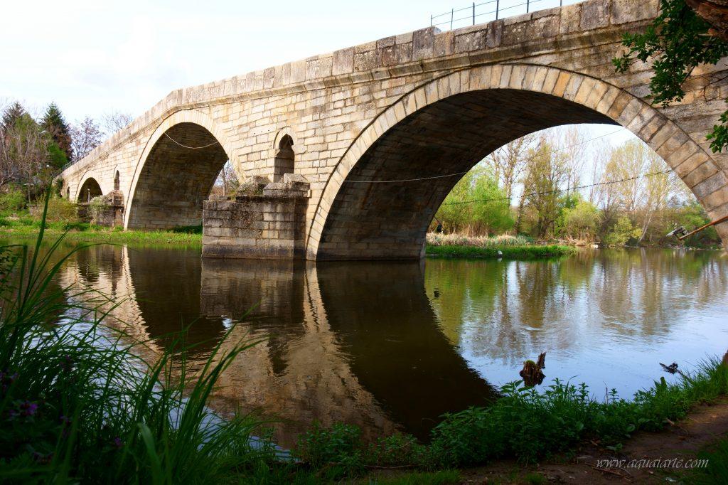 Кадин мост над река Струма-гледка отблизо с отраженията във водата