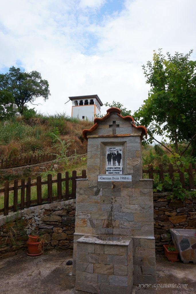 Обновената каменна чешма вътре в двора на Чуриловския манастир