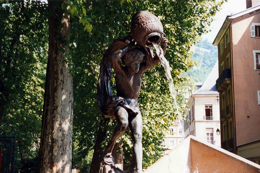 Скулптура на зодия Водолей със стомна над главата, от която се излива вода.