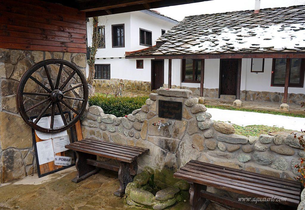 Новата каменна чешма в Новоселски манастир с две пейки до нея