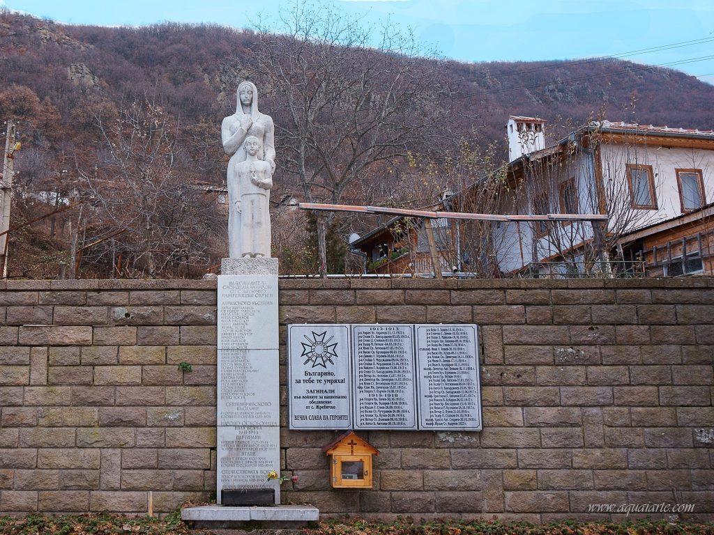 Паметникът на загиналите във войните в село Жребичко