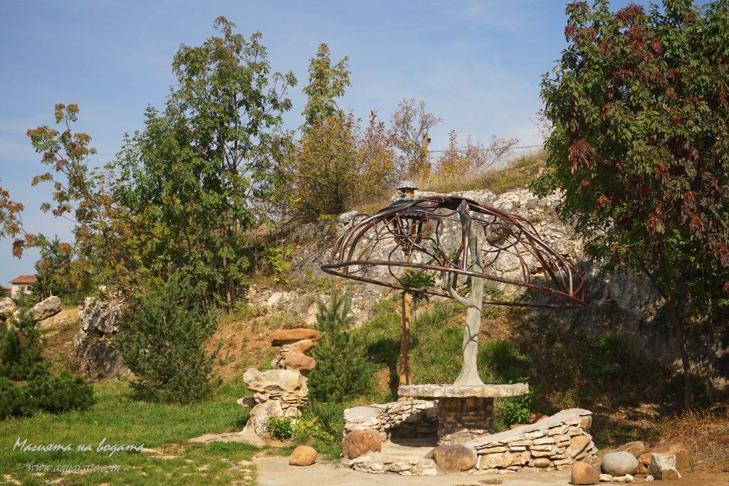 Златният парк - каменната беседка, чадър-дърво и чешмичка - каменен човек