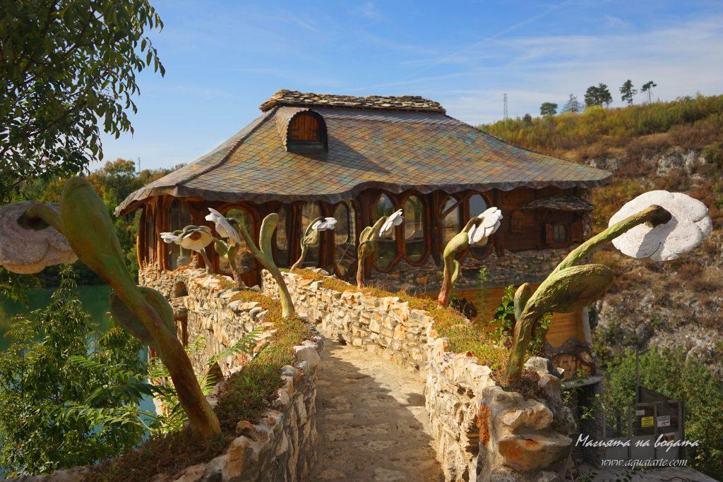 Златният парк - мостът към къщатата с каменните цветя