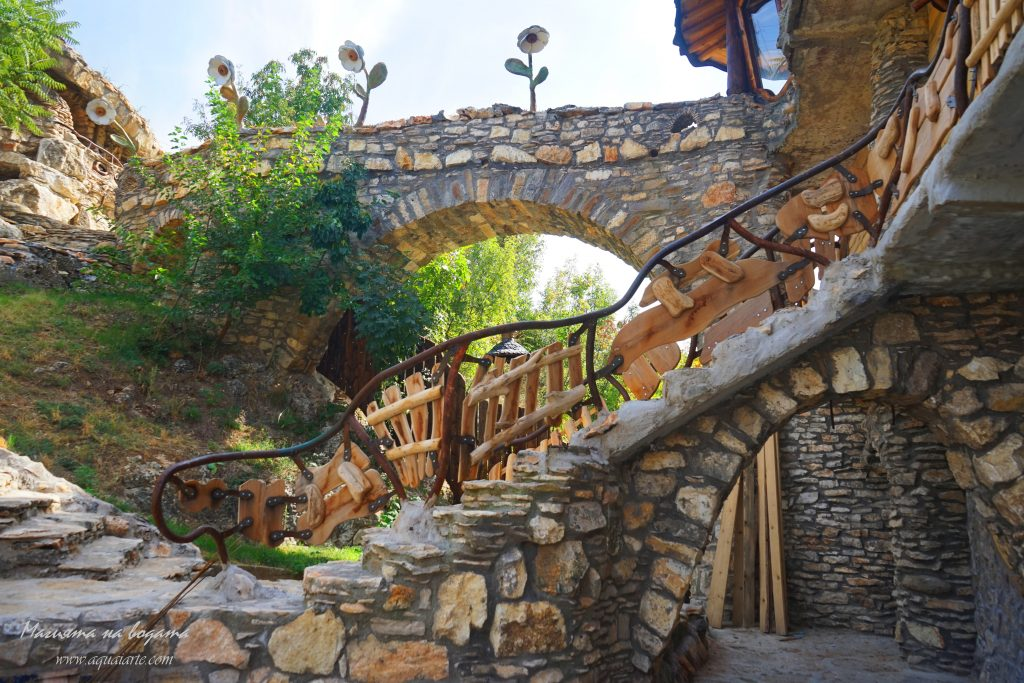 Златният парк - къщатата с каменните цветя