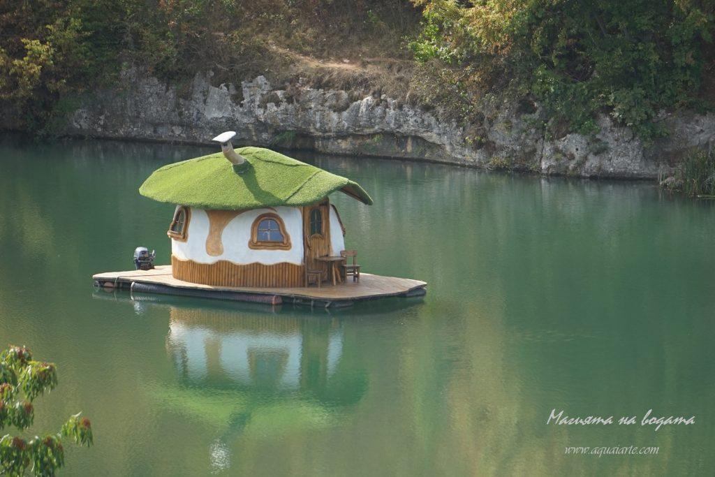 Златният парк - къщичката в езерото отблизо