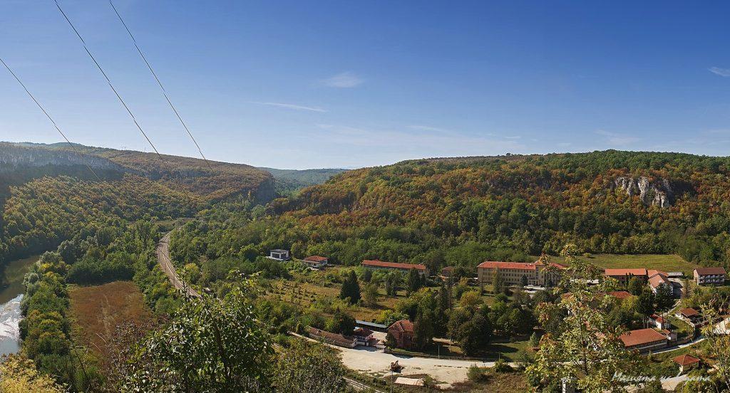 Панорамна гледка от терасата на Пещения дом кам психиатричната болтица.