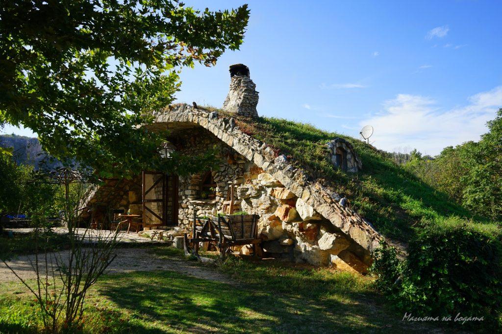 Каменните къщи Карлуково - по-малката, хобитска къща