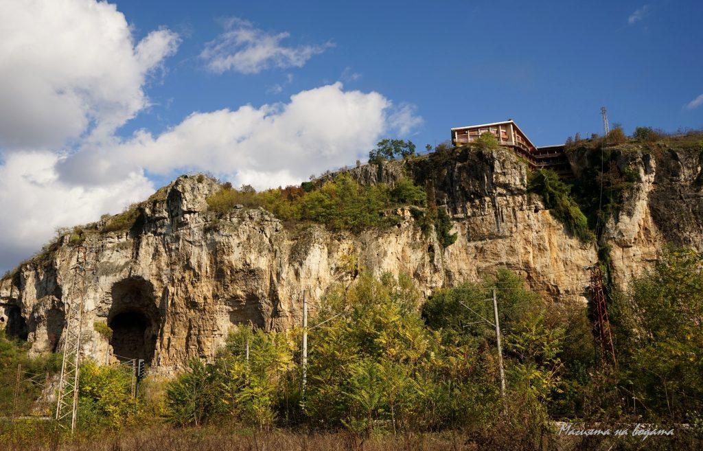 Национален пещерен дом - гледка отдолу, под скалите