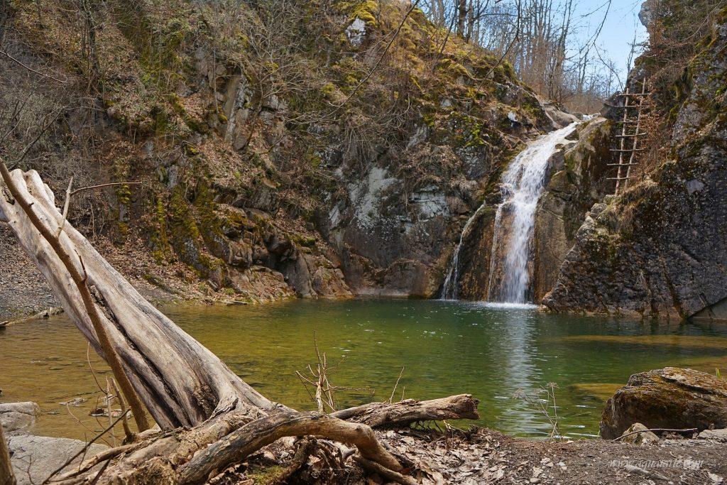 Водопад Скока - поглед откъм вира.