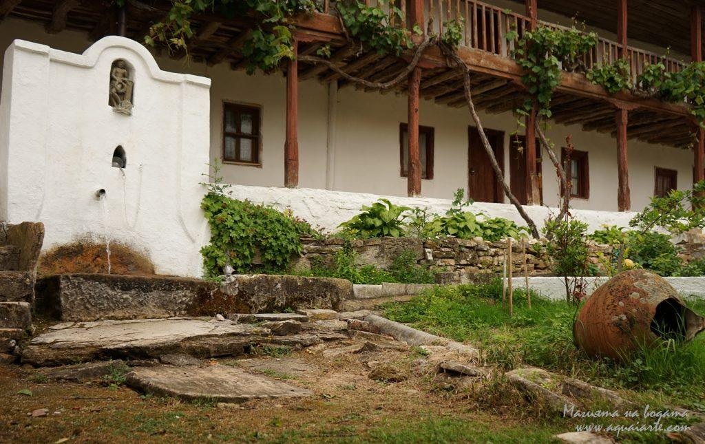 Чешмата с единия чучур в Устремски манастир