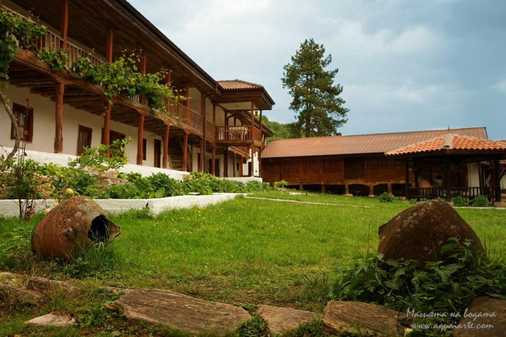 Устремски манастир - гледка към двора